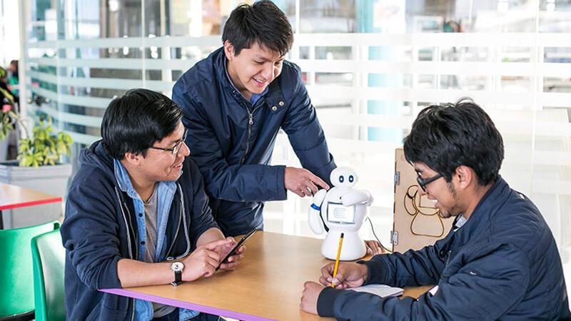 Robot hecho en fab lab Huancayo | Universidad Continental
